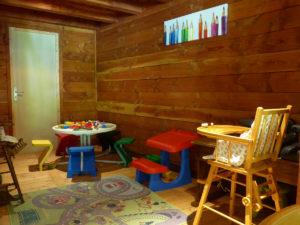 """Un espace """"détente et jeux"""" est à votre disposition pour y distraire vos juniors."""